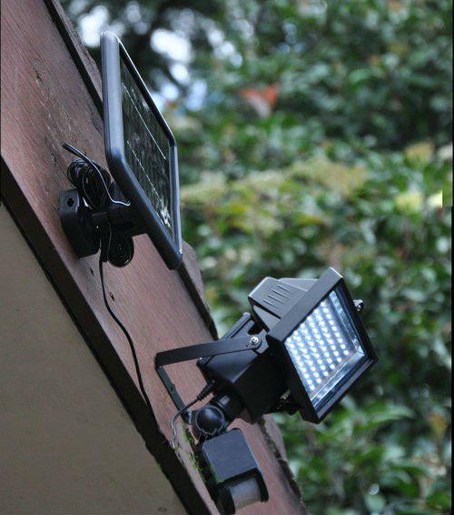 Foco solar led para exteriores con sensor todo en solar for Luz de led para exterior